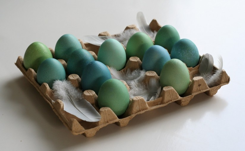 DIY turquoise Easter eggs - These pretty eggs make an easy and inexpensive Easter decoration. All you need are eggs, a simple Easter egg kit and some patience. Turquoise is one of my favourite colours. To create different shades of turquoise, simply vary the time of the eggs in the dye. To achieve even more different hues just transfer the eggs from colour to colour – Cloverhome.nl
