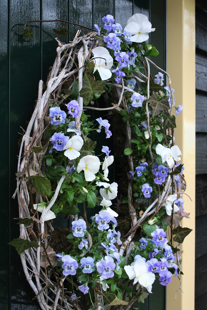 Wreath with blue and white pansies - Cloverhome.nl