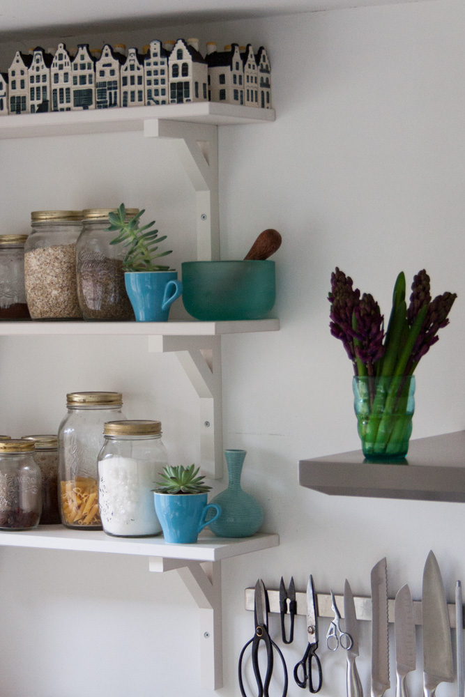 White kitchen shelves - Cloverhome.nl