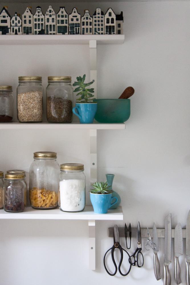 White kitchen shelves - Cloverhome.nl