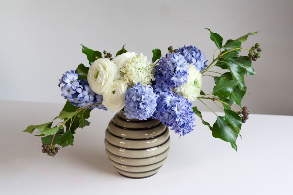 Make a spring flower arrangement of purple hyacinths and white ranunculus, with step-by-step instructions - Cloverhome.nl