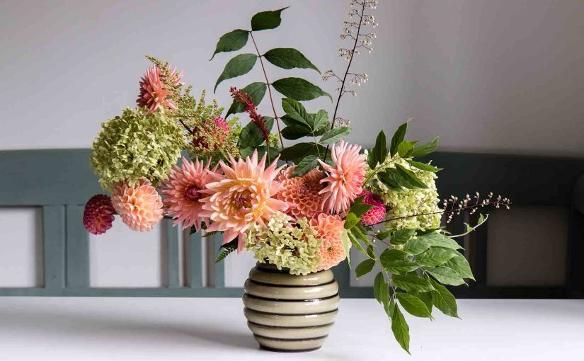 A flower arrangement doesn't have to be difficult, here are 5 easy floral arrangement ideas with dahlias, with different flower and foliage combinations - Cloverhome.nl