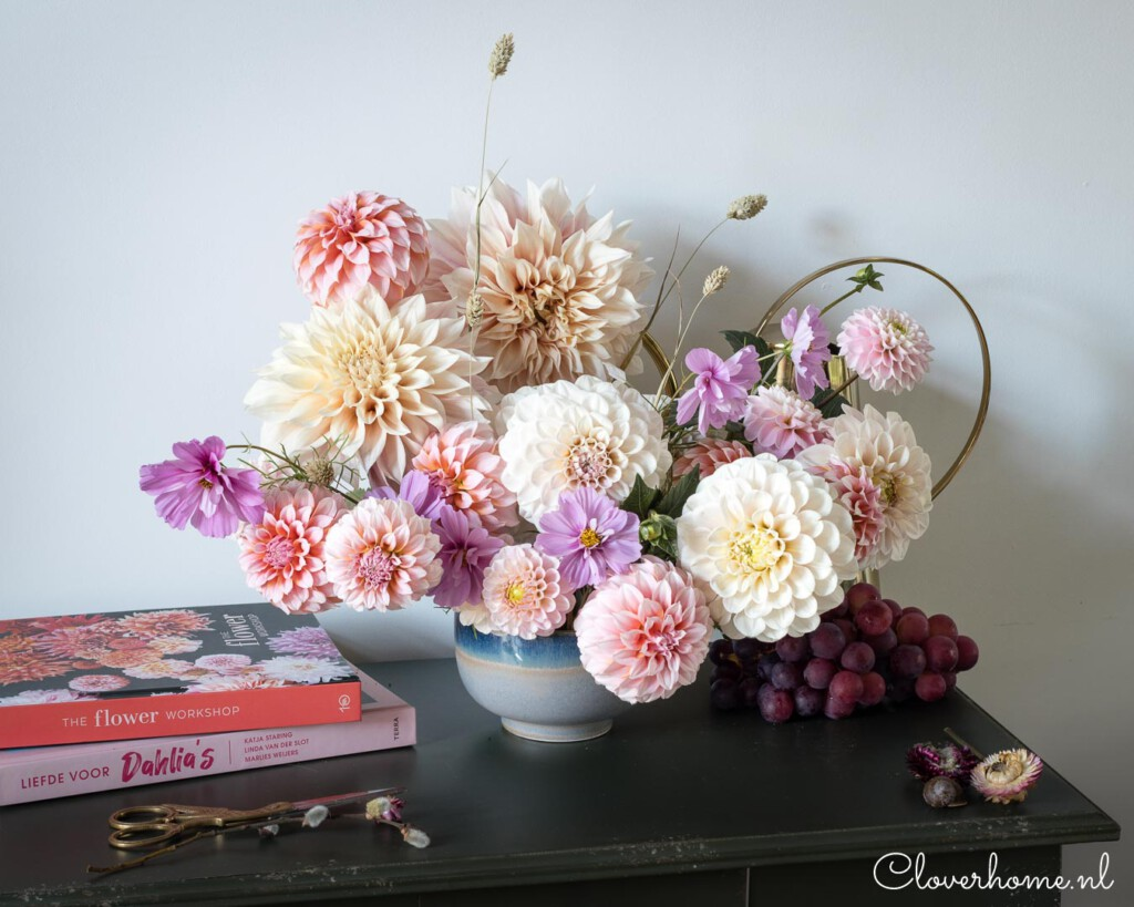 Pale blush flower arrangement with dahlias Sweet Nathalie, Café au Lait, Peaches n' Cream, Wizard of Oz and lots of cosmos - Cloverhome.nl